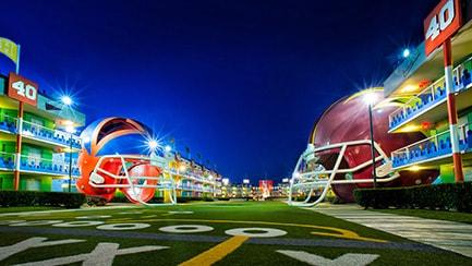 Gigantescos cascos en el área con tema de fútbol americano en el Resort All-Star Sport de Disney