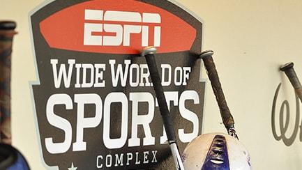 "Cuatro bates de béisbol junto a un letrero que lee ""ESPN Wide World of Sports Complex"""