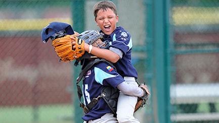 Un cátcher de béisbol abraza a su compañero